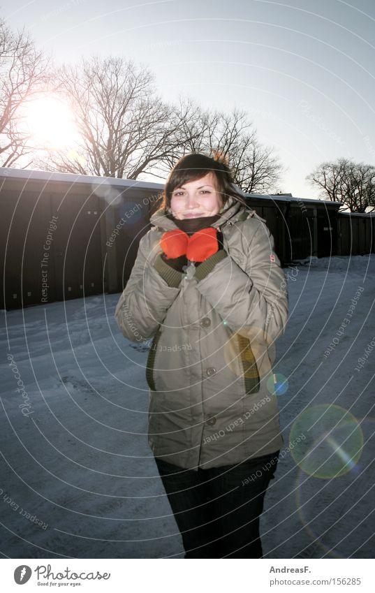 -10°C Winter Frau Frost kalt frieren Handschuhe Sonne Porträt Winterspaziergang Gegenlicht winterkleidung warme kleidung winterwetter grinsen Jugendliche