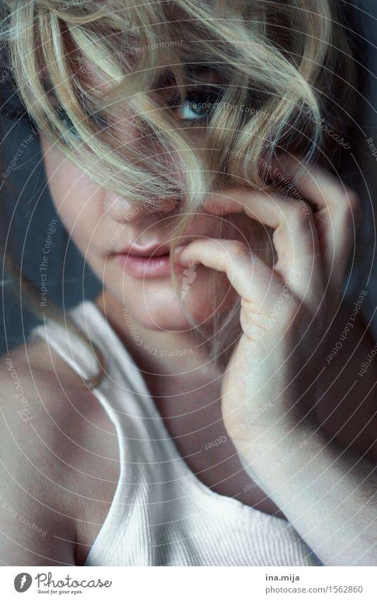 ein Blick blitzte hervor Mensch feminin Junge Frau Jugendliche Erwachsene Leben Auge 1 18-30 Jahre Haare & Frisuren blond kurzhaarig Locken Scheitel Pony