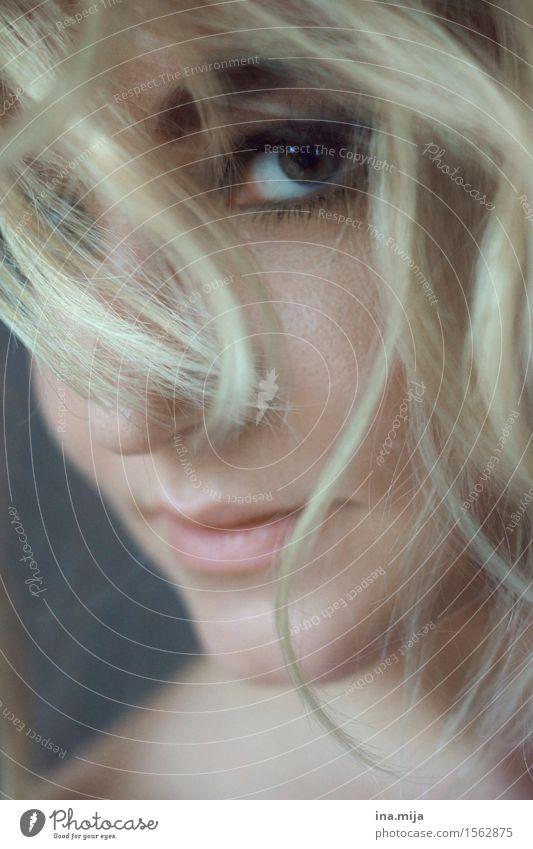 zarter Blick Mensch feminin Junge Frau Jugendliche Erwachsene Auge 1 18-30 Jahre Haare & Frisuren blond kurzhaarig Locken Scheitel Pony authentisch einzigartig