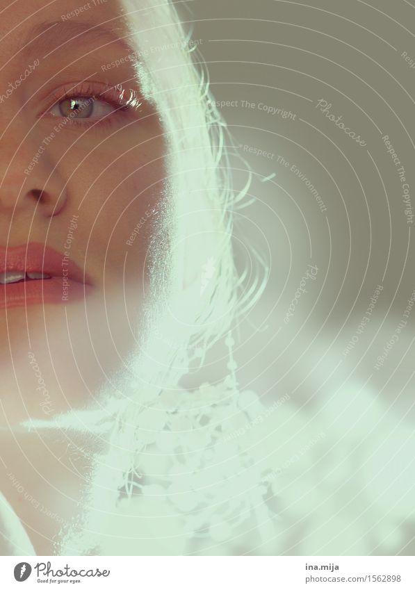 halbes Gesicht einer Frau mit hellen Augen und Zahnlücke Lifestyle Reichtum elegant Stil schön harmonisch Sinnesorgane Erholung Mensch feminin Junge Frau