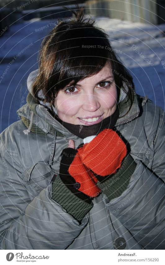 -10°C Frau Winter kalt Bekleidung Frost Mensch Porträt frieren brünett Spaziergang Handschuhe Junge Frau gehen Winterurlaub winterfest Winterspaziergang