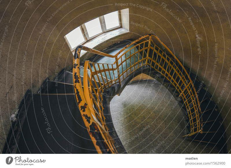 Abstieg Menschenleer Haus Bauwerk Architektur Mauer Wand Treppe Fenster alt braun gelb grau Treppengeländer Geländer Farbfoto Gedeckte Farben Innenaufnahme