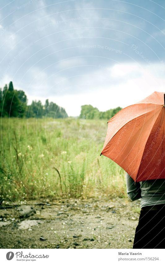 Komme was wolle Wolken Einsamkeit Traurigkeit Regen warten Wetter Trauer gefährlich Schutz Regenschirm Gewitter Verzweiflung Unwetter Schirm verloren