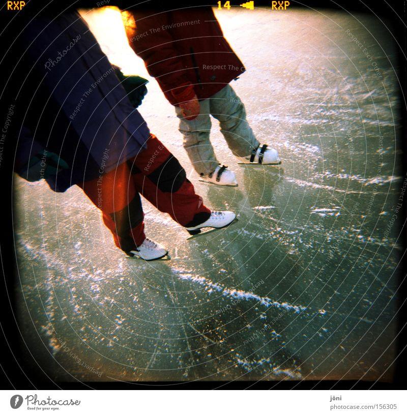 Eisfreunde (3) Wasser Schlittschuhe Schlittschuhlaufen Freundschaft Winter Frost Reflexion & Spiegelung Holga Natur See Lomografie Sonne Wintersport Licht