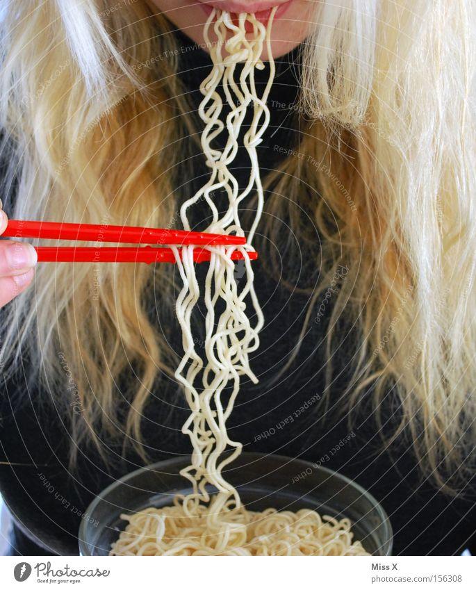 Haarige Sache Frau Erwachsene Haare & Frisuren Essen blond Lebensmittel Mund Ernährung Konzepte & Themen Asien lecker Besteck Teller Abendessen Nudeln Mittagessen