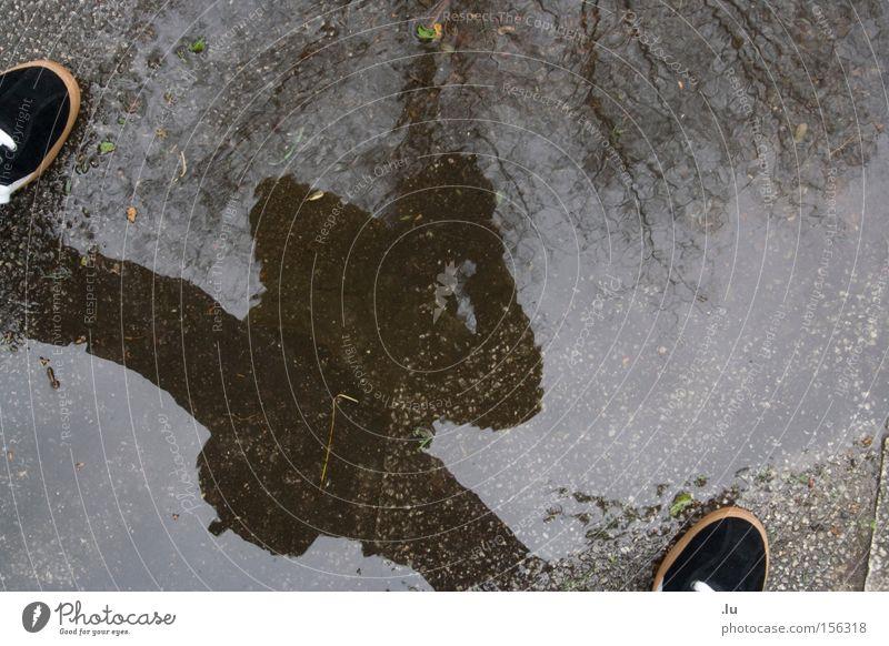 Self Farbfoto Experiment Textfreiraum Mitte Reflexion & Spiegelung Starke Tiefenschärfe Froschperspektive Beine 1 Mensch Wasser schlechtes Wetter Regen Baum