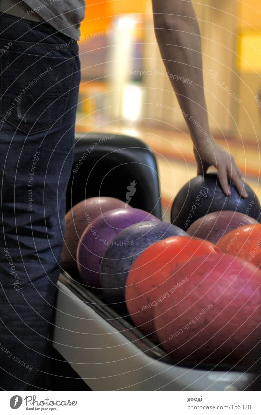 the dude Hand Freude Farbe Sport Spielen Kraft Arme Jeanshose Freizeit & Hobby Kugel Konzentration Sportveranstaltung Bildausschnitt Genauigkeit Präzision Bowling
