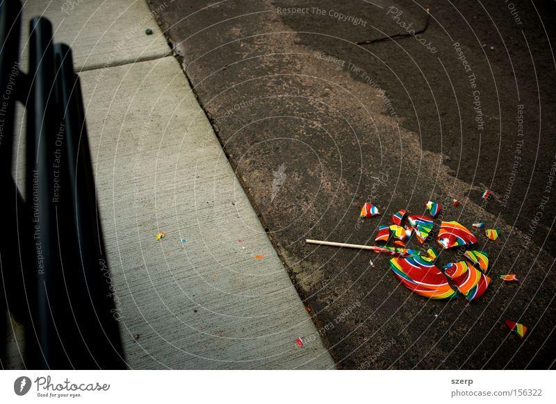 Angst Trauer trist kaputt Kindheit Süßwaren Verzweiflung mehrfarbig Panik Unfall Regenbogen Spielplatz Erinnerung Lollipop Entführung