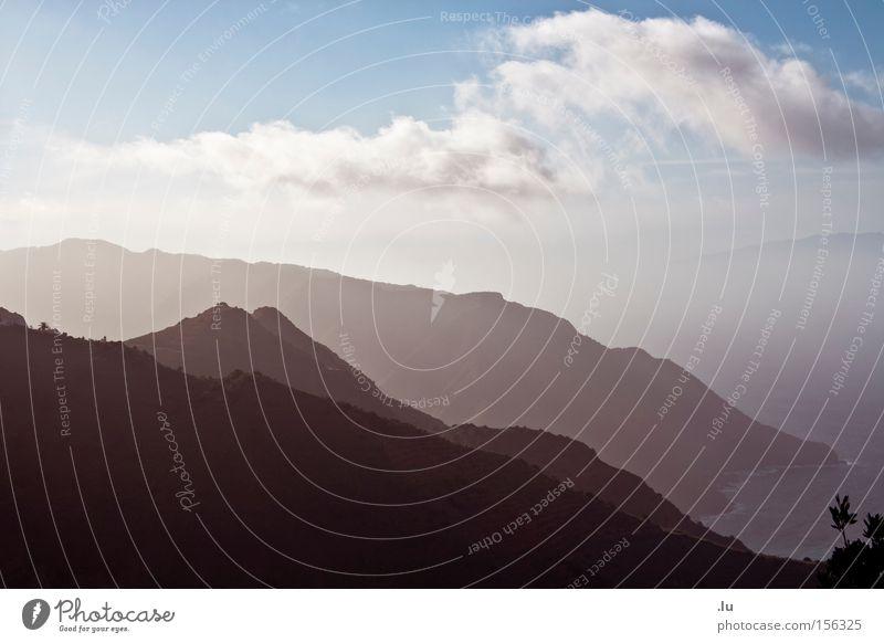 und die 7 Berge Berge u. Gebirge Bergkette Nebel Dunst Ferne Kanaren Gomera Meer hintereinander Strand Küste Schichtarbeit Wege & Pfade Alles der Reihe nach