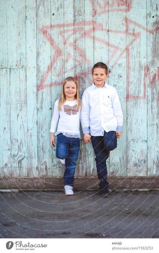 Geschwister maskulin feminin Mädchen Junge Kindheit 2 Mensch 13-18 Jahre Jugendliche Fröhlichkeit Zusammensein Glück Hand in Hand lachen Farbfoto Außenaufnahme