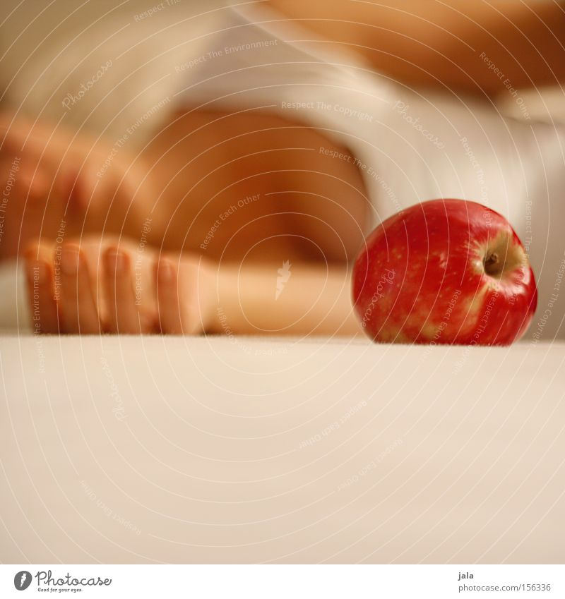eva III Frau Hand rot Gesundheit hell Frucht liegen Arme Mund Nase Apfel sanft verführerisch Zärtlichkeiten Sünde