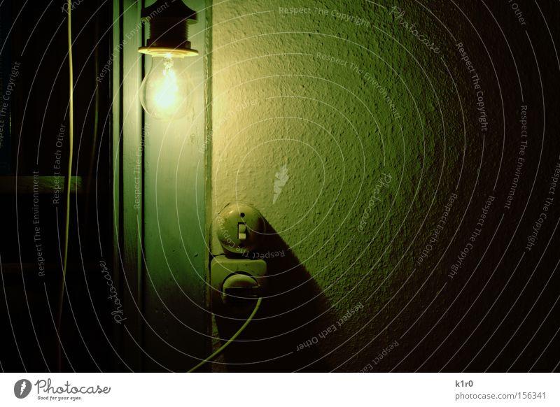 leuchtebirne Licht hell Glühbirne Schalter grün Kabel Stecker unklar Innenaufnahme Netzstecker