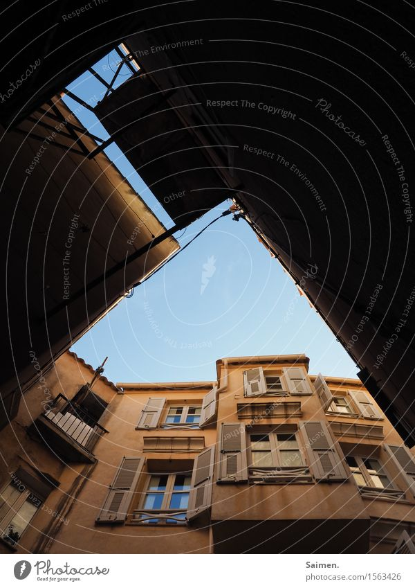 Häuser mit Himmel Haus Blauer Himmel Fassade Schatten Balkon Fenster Italienisch Strukturen abstrakt Hoffnung Menschenleer Außenaufnahme Gebäude Bauwerk