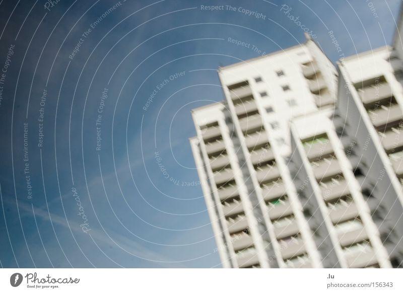 Vogelperspektive Haus Bewegung fliegen Luftverkehr Kasten Geometrie Plattenbau Wohnhochhaus Hochhaus Brennpunkt halbdunkel