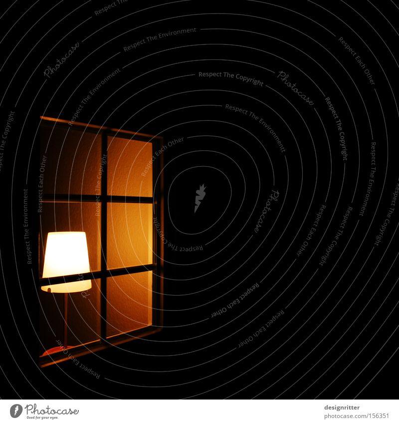 sicher Haus Lampe dunkel Fenster Wärme Wohnung Sicherheit Schutz privat Lichtschein Privatsphäre