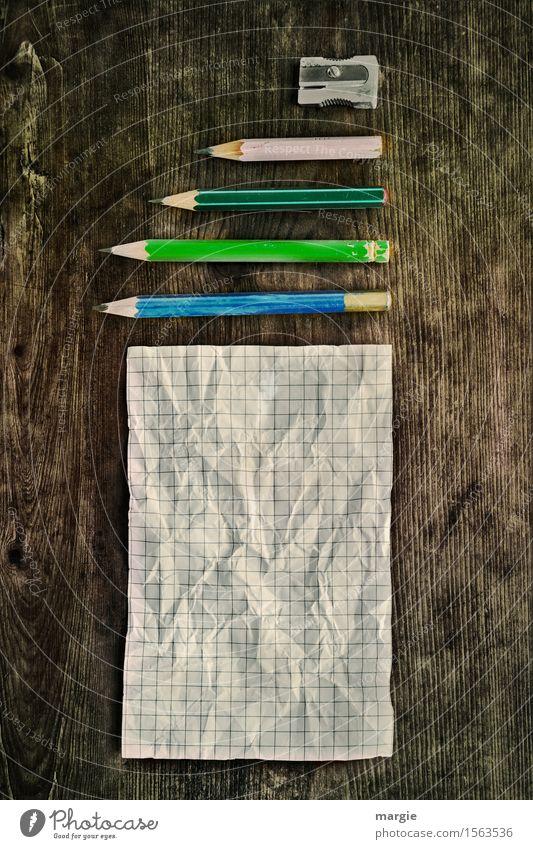 Ein zerknüllter Zettel mit  Bleistifte und ein Spitzer auf einem alten Schreibtisch Bildung Schule lernen Arbeit & Erwerbstätigkeit Beruf Büroarbeit