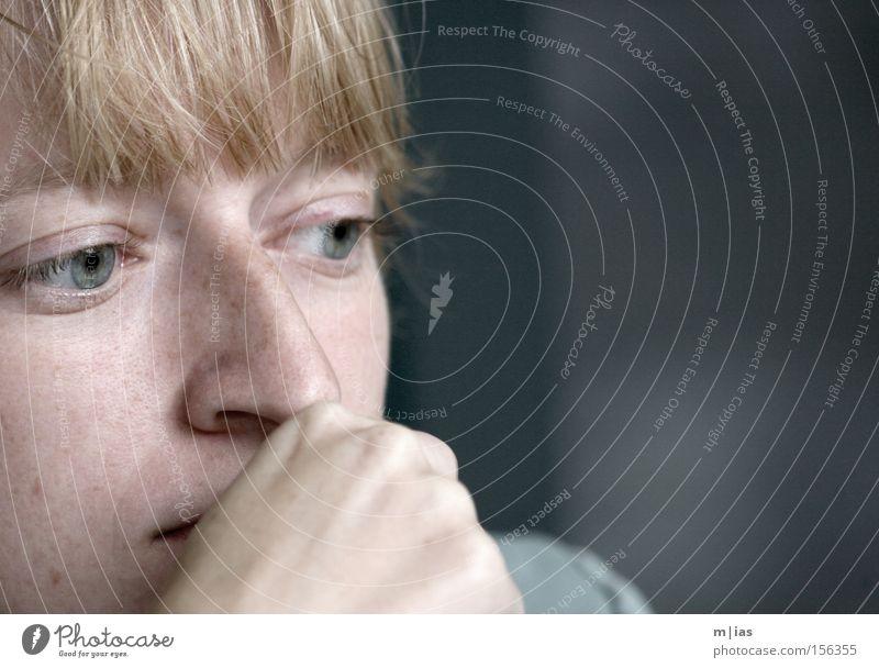 montag morgen.. Gesicht Frau Erwachsene Jugendliche blond Pony Denken träumen Traurigkeit trist Gefühle Vertrauen Schutz trösten Vorsicht vernünftig Glaube