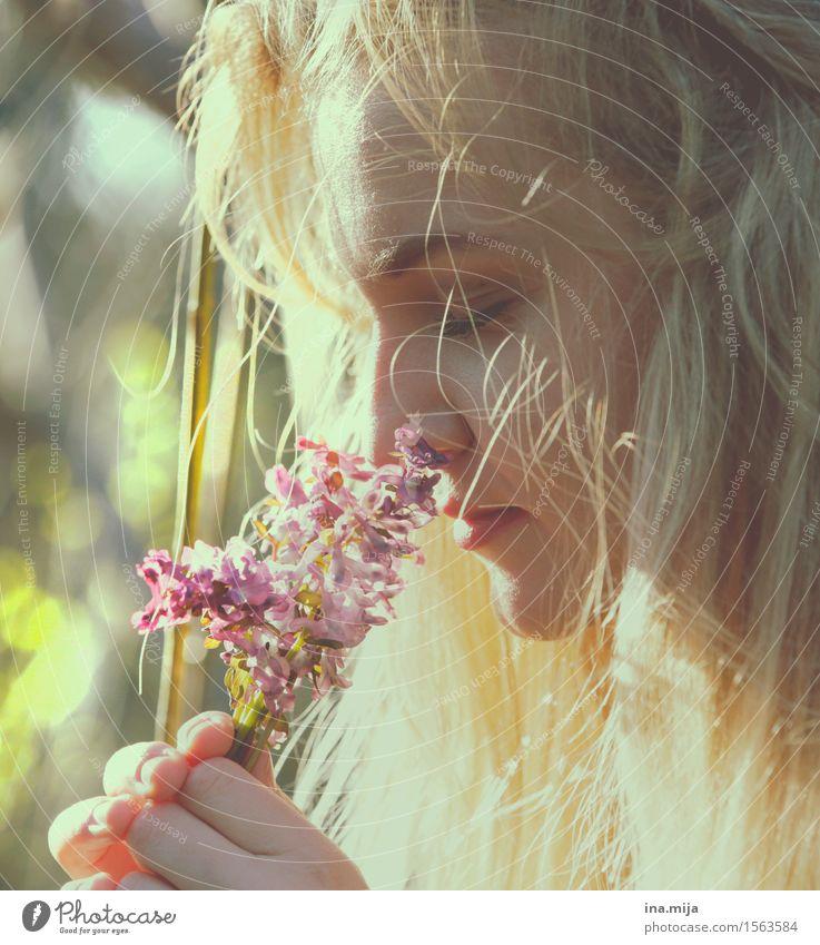 erster Frühlingsduft Mensch feminin Junge Frau Jugendliche Erwachsene Leben Gesicht 1 18-30 Jahre blond langhaarig Duft Erholung Lebensfreude Sinnesorgane