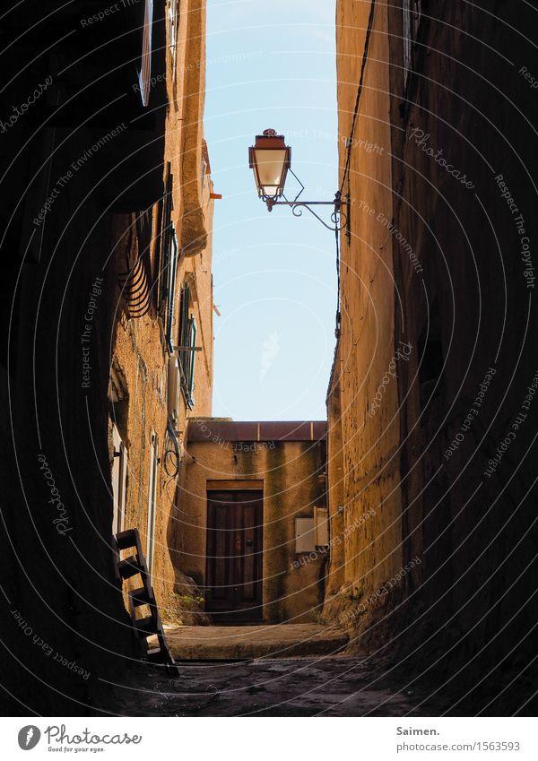 Straßenlaterne in Korsika Licht Wege & Pfade Laterne Lampe Himmel Verkehrswege Stadt Mauer wand pallette Tür Gasse südländisch Frankreich Urlaub Stilleben