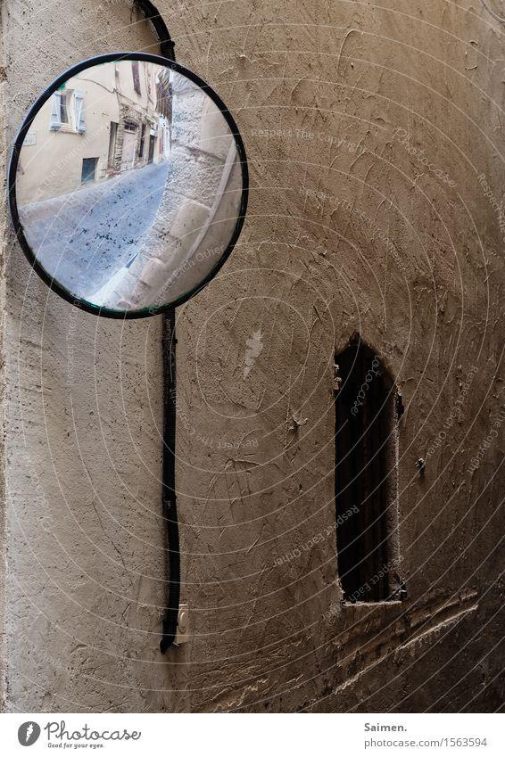 Das Runde um's Eck Mauer Wand Fassade Perspektive Verkehrswege Fenster Haus Spiegel Straße Farbfoto Außenaufnahme Nahaufnahme Menschenleer Textfreiraum rechts