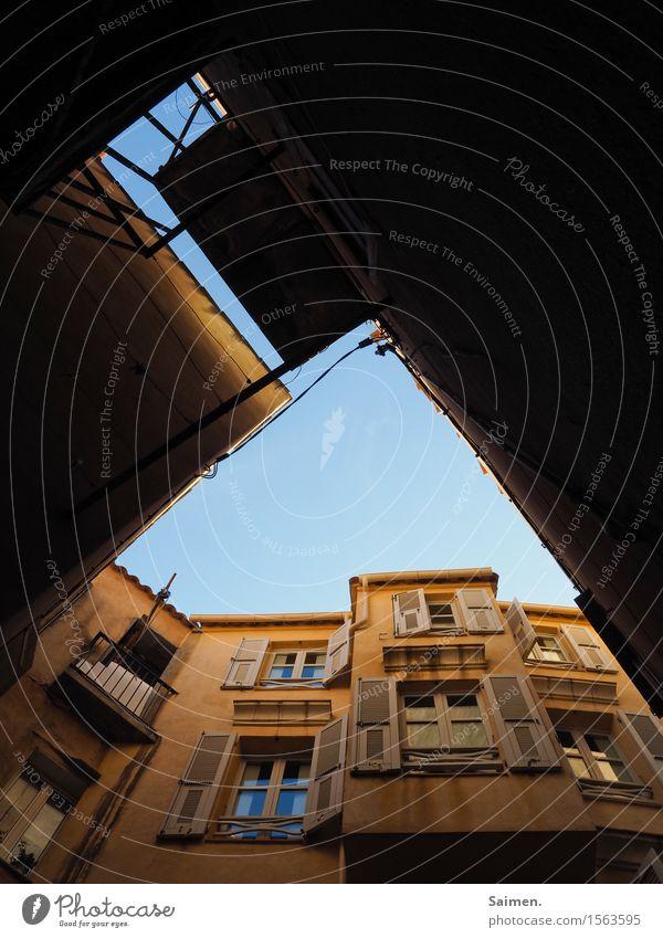 Himmlische Hausfassade Häuser Fassade Gebäude Fenster Balkon Fensterladen Himmel Froschperspektive blauer Himmel Abstrakt Menschenleer Architektur Farbfoto