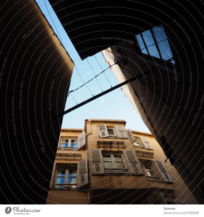Häusliches Leben in Korsika Straße Licht Laterne Lampe Himmel Stadt Mauer wand pallette Tür Gasse südländisch Frankreich Urlaub Stilleben Farbfoto Außenaufnahme