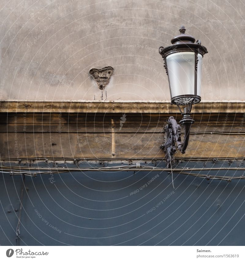 Lampe mit Herz alt Haus Wand Mauer Fassade dreckig Altstadt Lampenschirm