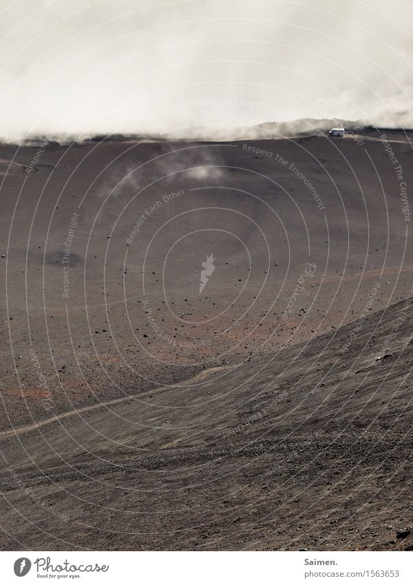 Weiter Weg Berg vulkan Bus fahren Wolken Nebel Landschaft Berge u. Gebirge Natur Felsen Himmel Gipfel Umwelt Außenaufnahme Erde Urelemente Textfreiraum oben