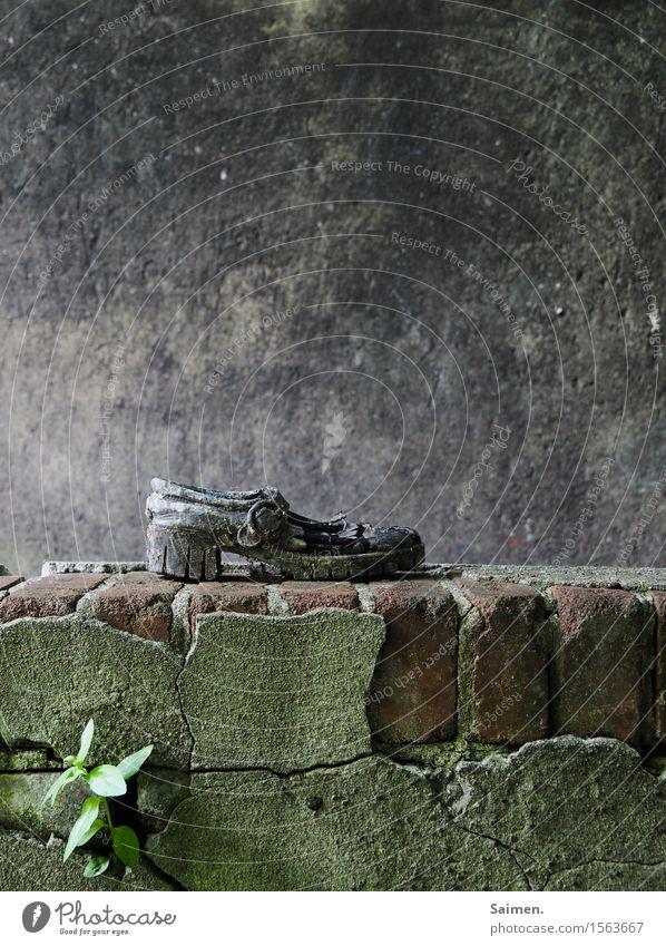 Hoffnungsschimmer alt Einsamkeit Wand Traurigkeit Gefühle Mauer Stimmung Fassade Angst dreckig Schuhe kaputt Trauer Sehnsucht Zukunftsangst Fernweh
