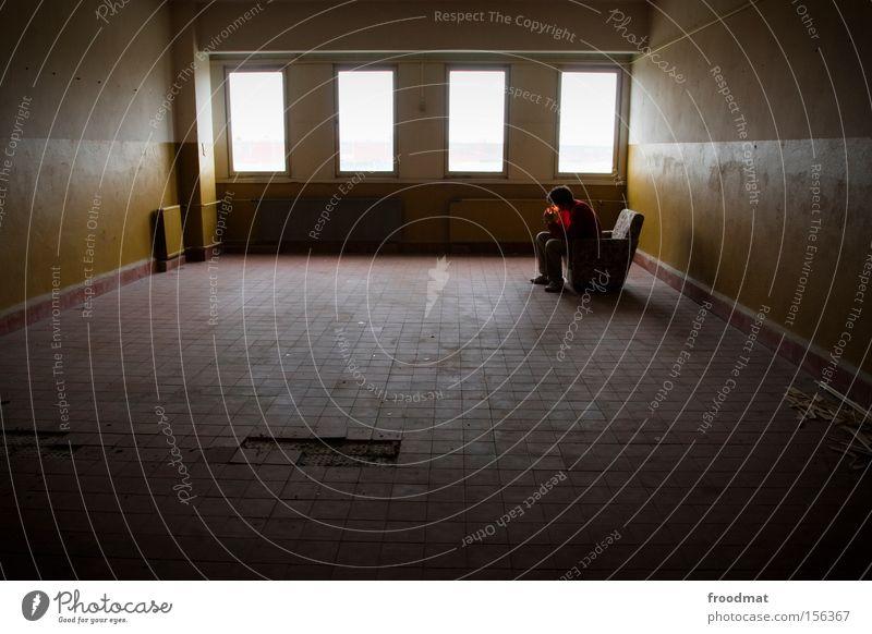 der ganze alte schrott muss raus Mann Einsamkeit Arbeit & Erwerbstätigkeit Fenster leer kaputt Rauchen Fliesen u. Kacheln verfallen historisch DDR Sessel Rügen