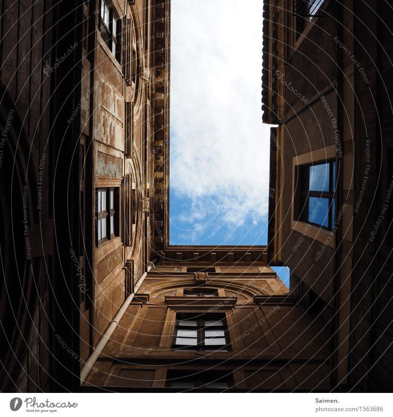 Blick in den Himmel Wolken blauer Himmel Häuser Fenster Fassade Regenrinne Gebäude Bauwerk Architektur alt historisch Europa Stadt Menschenleer Farbfoto