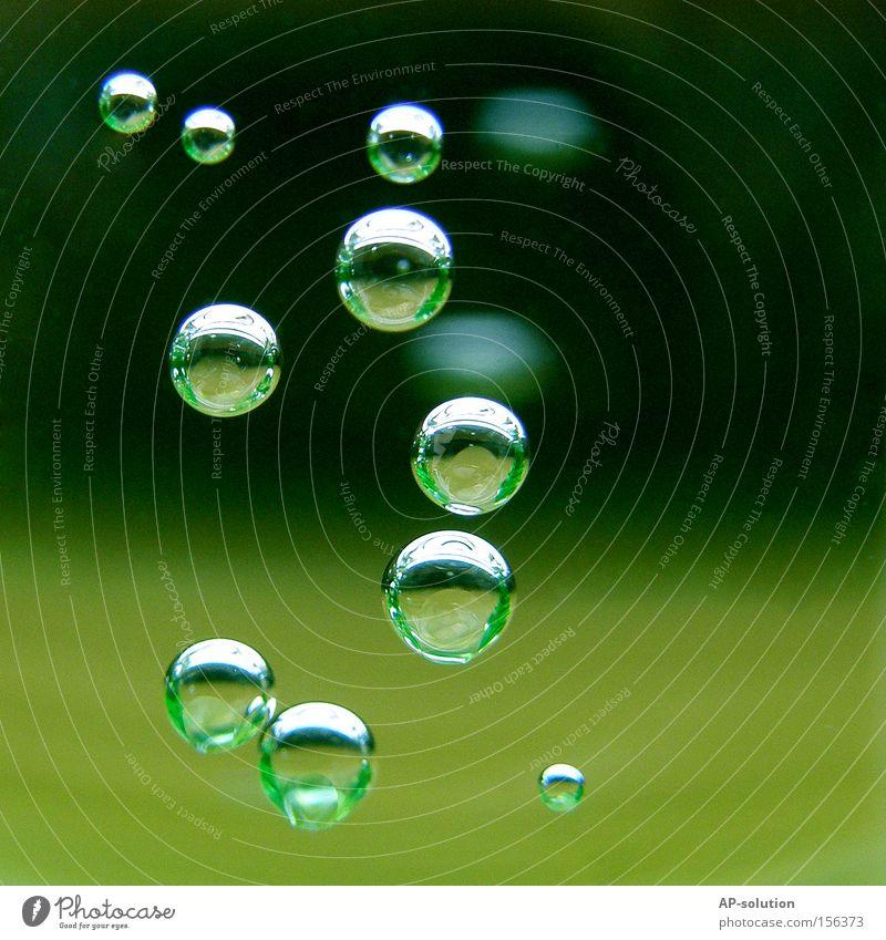 Blubb! *2 ruhig Wasser Wassertropfen frisch kalt nass Konzentration Luftblase Mineralien sprudelnd spritzig Klarheit Mineralwasser grün rund Durst Durstlöscher