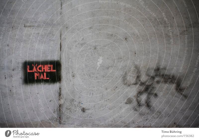 Lächel mal! lachen Freude grau Mauer Graffiti Trauer Beton schwarz dunkel Riss Stadt Wandmalereien Detailaufnahme Traurigkeit