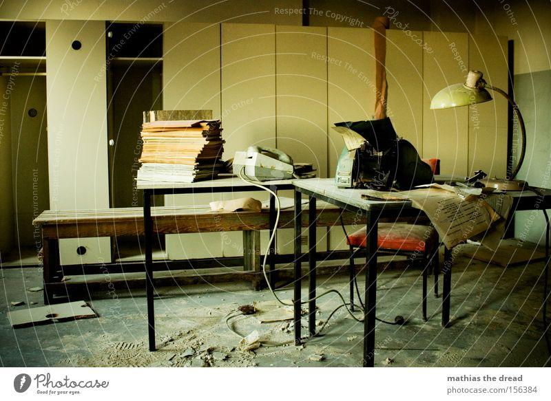 FEIERABEND Mann dunkel Fenster Büro Business Arbeit & Erwerbstätigkeit Schreibtisch Dienstleistungsgewerbe Müdigkeit Stress schäbig Schrank Büroangestellte