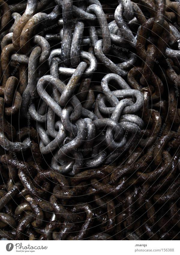 In Chains Farbfoto Gedeckte Farben Außenaufnahme Handwerk Baustelle Metall Rost liegen alt dreckig dunkel grau schwarz silber Sicherheit Verzweiflung Aggression