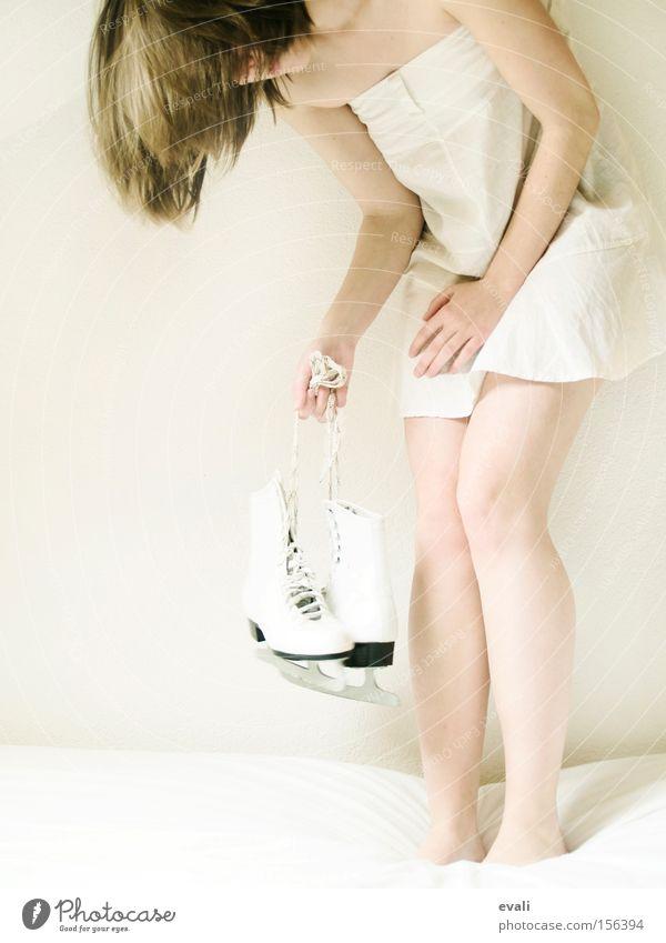 Do you remember when we first met weiß Kleid klein Frau white Eislaufschuhe Haare & Frisuren festhalten Beine