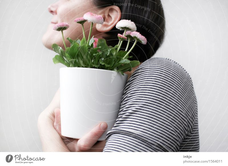 kleine Geschenke... Lifestyle Stil Freude Dekoration & Verzierung Frau Erwachsene Leben Oberkörper 1 Mensch Frühling Blume Topfpflanze Blumenstrauß Blumentopf