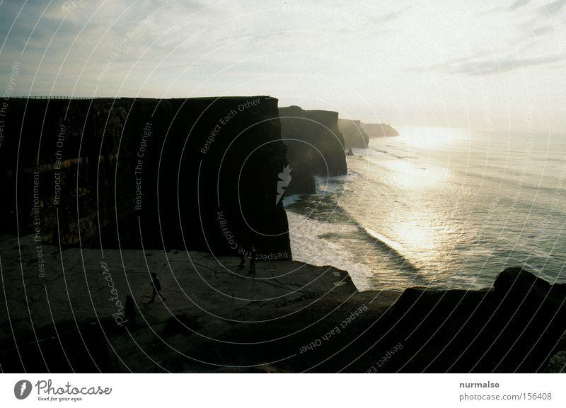 damals in Irland Republik Irland Nordirland Insel grün Küste Klippe Meer Horizont Ferne Ferien & Urlaub & Reisen Reisefotografie Wellen Stein Atlantik Pub