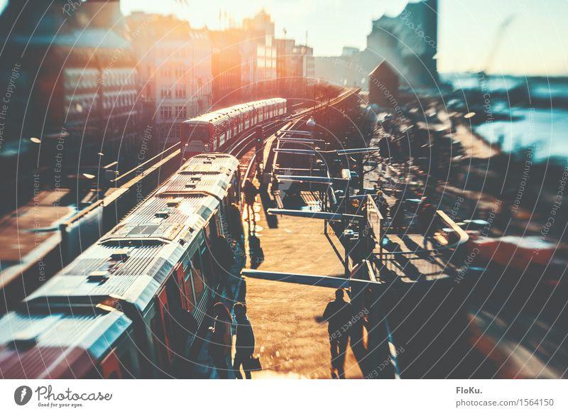 An den Landungsbrücken raus (aus der U-bahn) Tourismus Städtereise Hamburg Stadt Hafenstadt Stadtzentrum bevölkert Bahnhof Verkehr Verkehrsmittel Verkehrswege