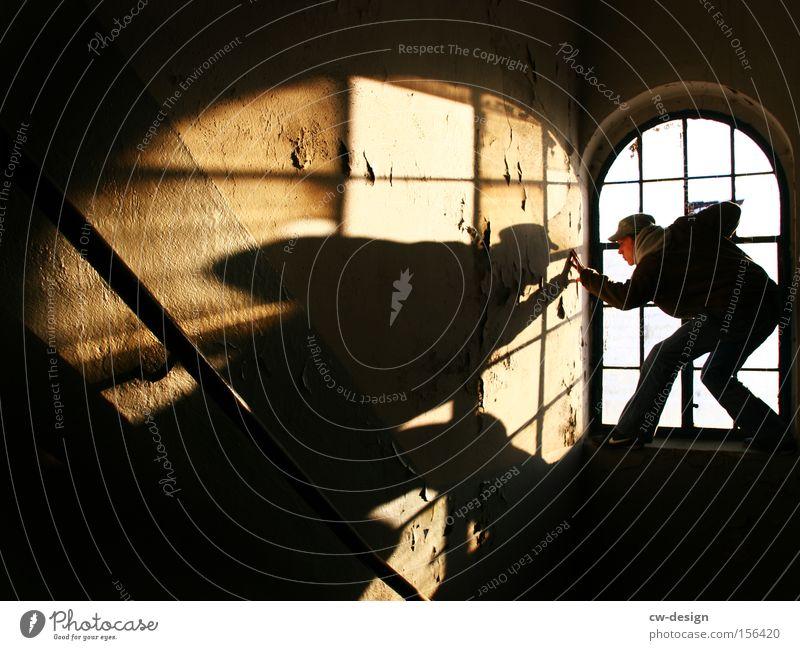 MAL GENAUER NACHSEHEN Mensch Mann alt schwarz Einsamkeit Erwachsene dunkel Fenster Glas Freizeit & Hobby maskulin retro Kommunizieren Körperhaltung Klettern