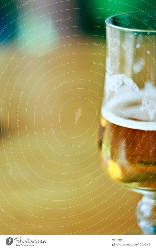 Feierabendbier Alkohol Bier Glas kalt lecker gold weiß Laster Zufriedenheit Bierglas Schaum Farbfoto Nahaufnahme Detailaufnahme Menschenleer Textfreiraum links