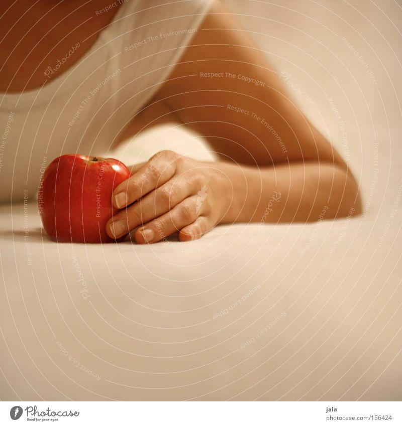 eva IV Apfel Frau Hand sanft hell liegen Zärtlichkeiten Arme Sünde rot Gesundheit Frucht verführerisch