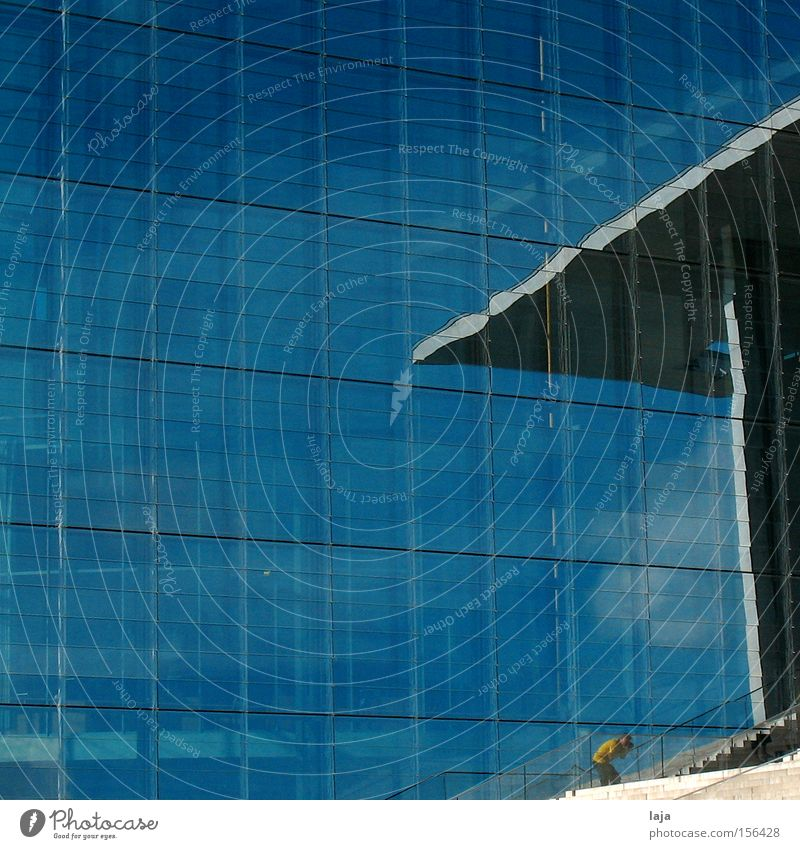 Kleiner Fototourist hoch Haus Glasfassade Spiegel Himmel Wolken Fotograf Tourist Treppe Freitreppe Regierungssitz Architektur Sommer modern Macht