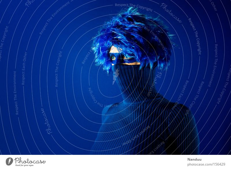 Panzerknacker Mensch Frau blau Augenbinde seltsam skurril Kragen Pullover verstecken anonym Einsamkeit geschlossen Stil verrückt Maske Karnevalskostüm typisch