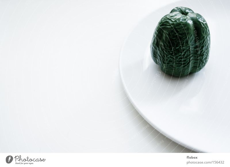 Es ist angerichtet Teller weiß Paprika Orangenhaut grün Ernährung Hautfalten vertrocknet vergessen Gemüse Gesundheit Küche
