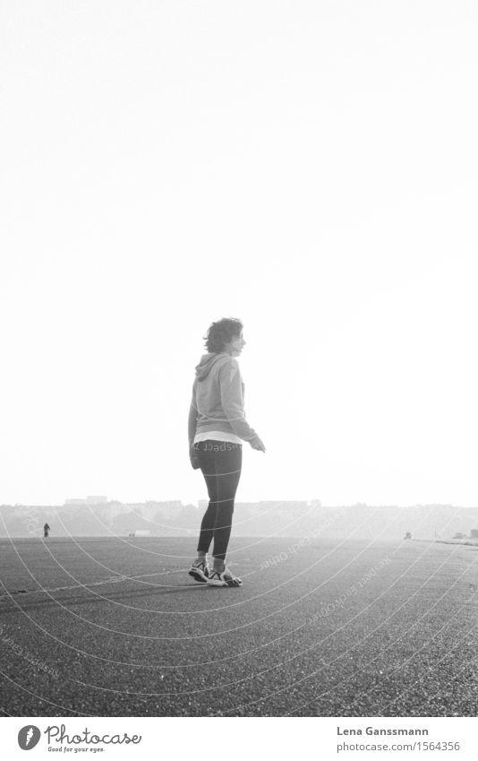 Sportliche Frau macht kurze Pause beim Joggen Mensch Jugendliche Sonne Erholung Ferne 18-30 Jahre Erwachsene feminin Berlin Gesundheit Freiheit Deutschland