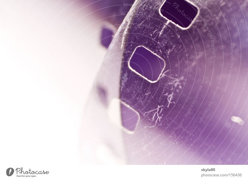 Filmriss negativ Filmmaterial Fotografieren Labor Schwarzweißfoto violett Makroaufnahme Nahaufnahme positiv 35 Millimeter Film Erfinden gerollt gelöchert Chemie