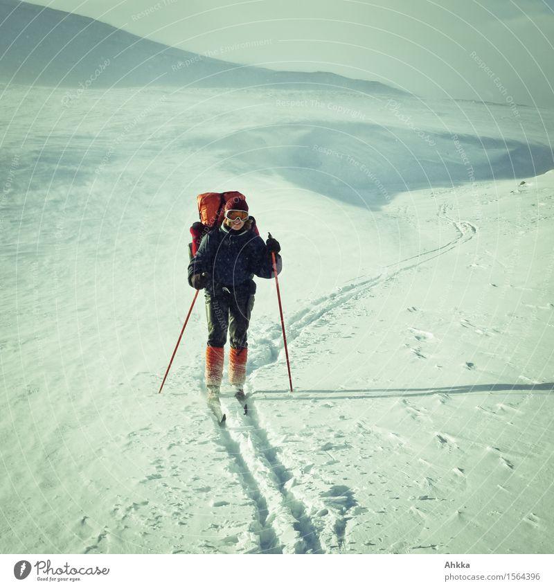 Junge Abenteurerin mit großem Wanderrucksack auf Skitour im norwegischen Fjell Ferien & Urlaub & Reisen Schnee Winterurlaub Berge u. Gebirge wandern Wintersport