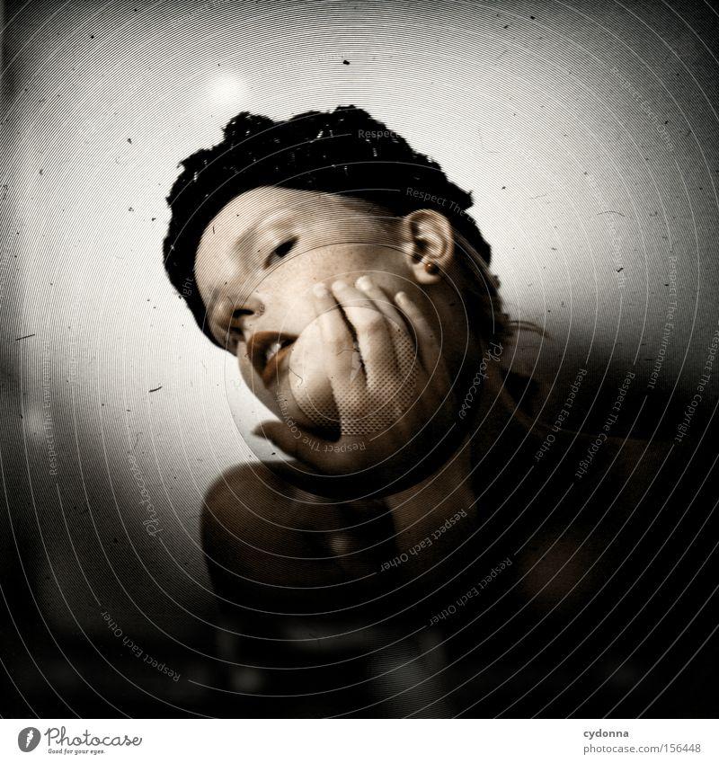 Hier her! Frau Mensch Hand schön feminin Gefühle Kopf ästhetisch retro Hut Hochmut Mittelformat untersuchen Lichtschacht Schacht