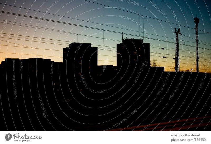 SCHÖNER GUCKEN schön Himmel Stadt rot Architektur paarweise Kabel Kugel Idylle Stahlkabel Wahrzeichen Hochspannungsleitung Himmelskörper & Weltall